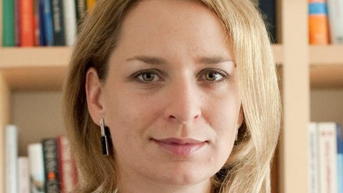 Portrait von Diplom-Psychologin Dr. Andrea Beetz vor einer Bücherwand.