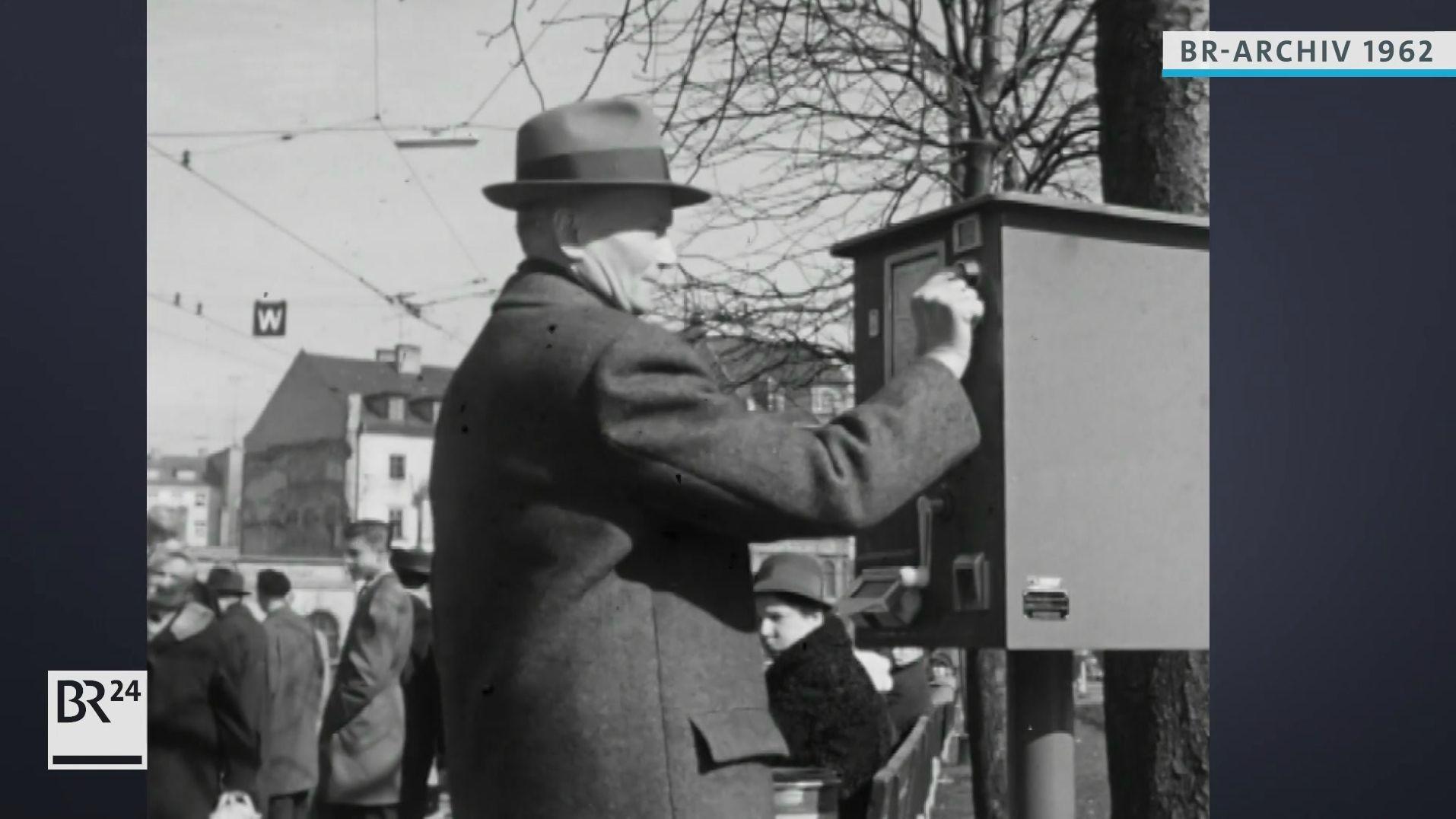 Mann kauft sich Trambahnfahrkarte