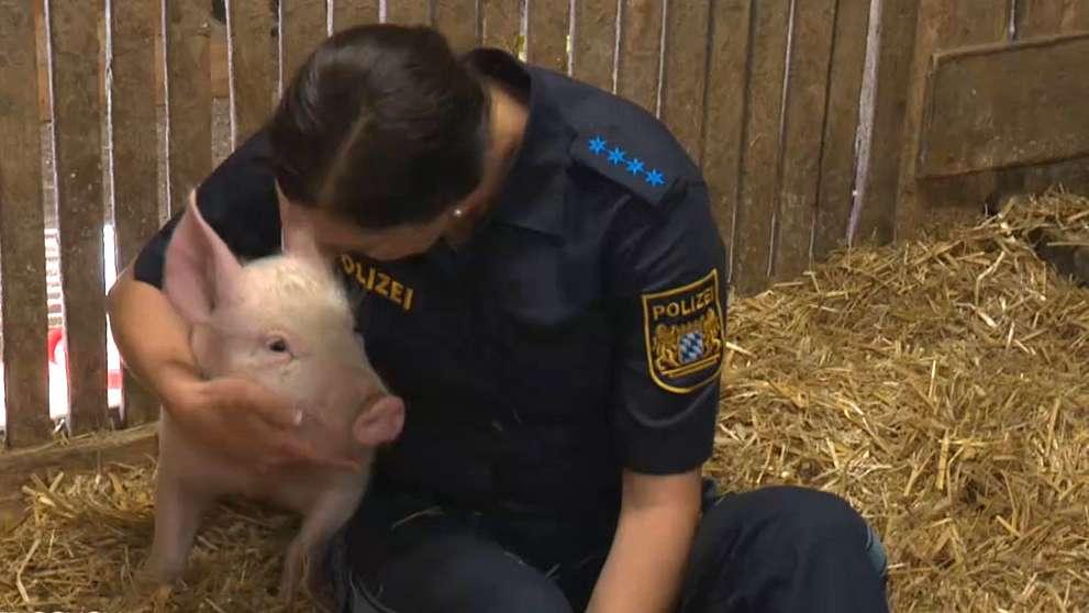 Polizistin Jenny Steinhöfer mit Glücksschwein Peppa