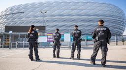 11.06.2021, Bayern, München: Polizisten patrouillieren vor der Allianz Arena. Am 15.06.2021 findet in diesem Stadion die Begegnung der Gruppe F, Frankreich gegen Deutschland, statt. Insgesamt 24 Nationen treten bei der Fußball-Europameisterschaft 2021 an. Foto: Peter Kneffel/dpa +++ dpa-Bildfunk +++ | Bild:dpa-Bildfunk/Peter Kneffel