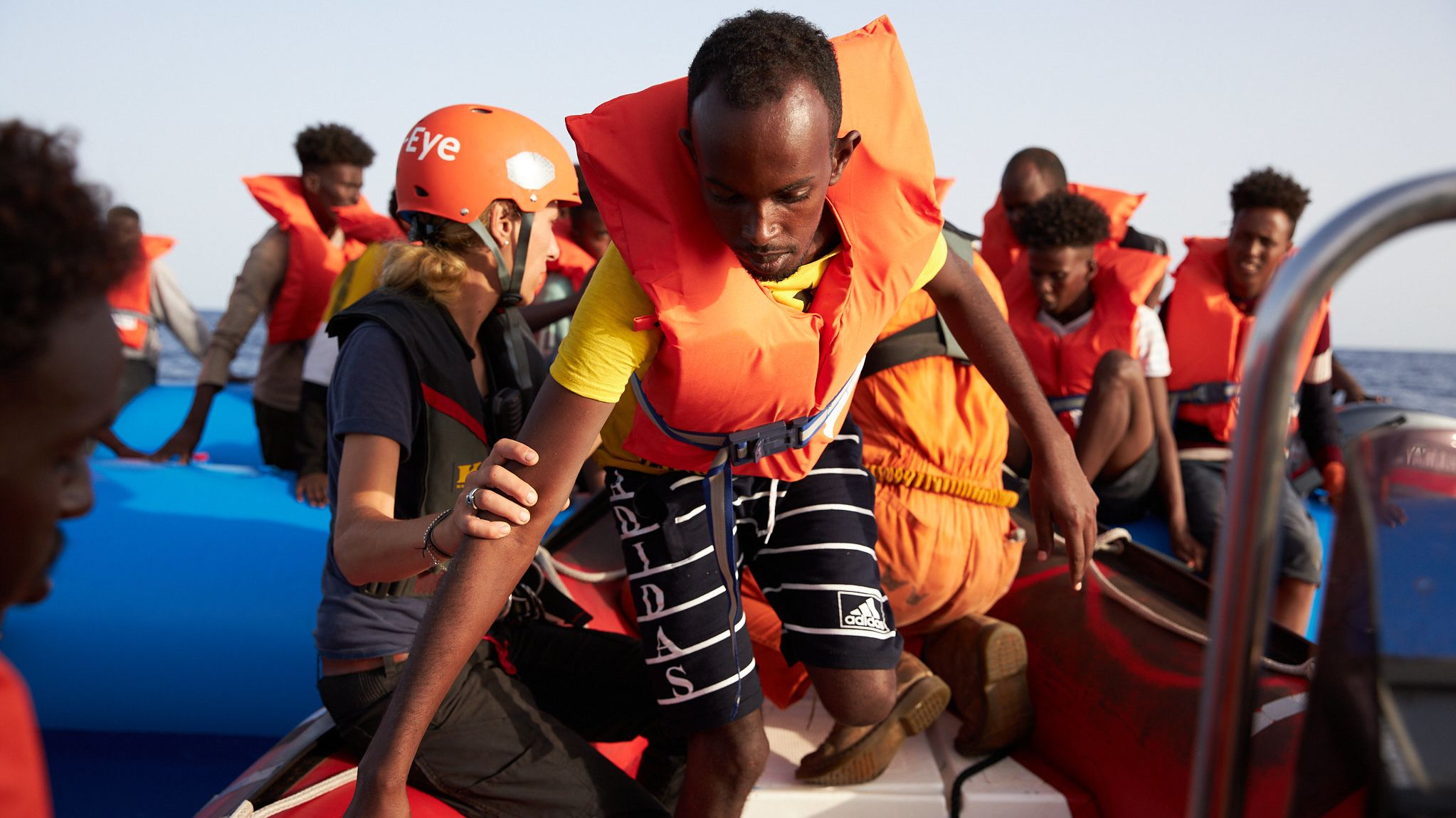 """Flüchtlinge verlassenen vor der Küste von Libyen ihr Schlauchboot und gehen an Bord der """"Alan Kurdi"""" der Rettungsorganisation Sea-Eye"""