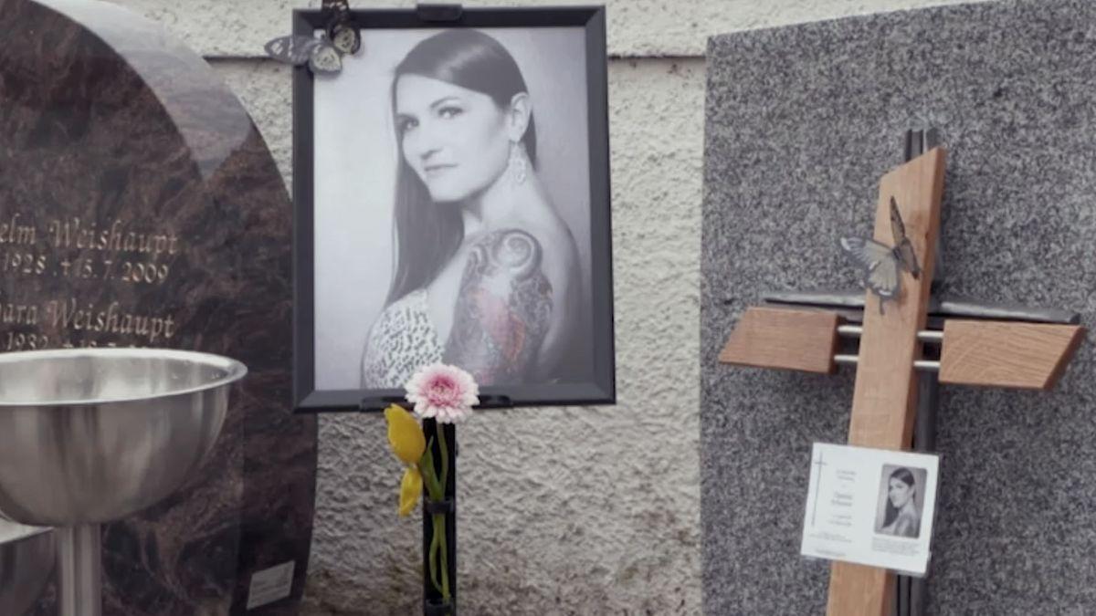Foto von Daniela Schaurer an ihrem Grabstein