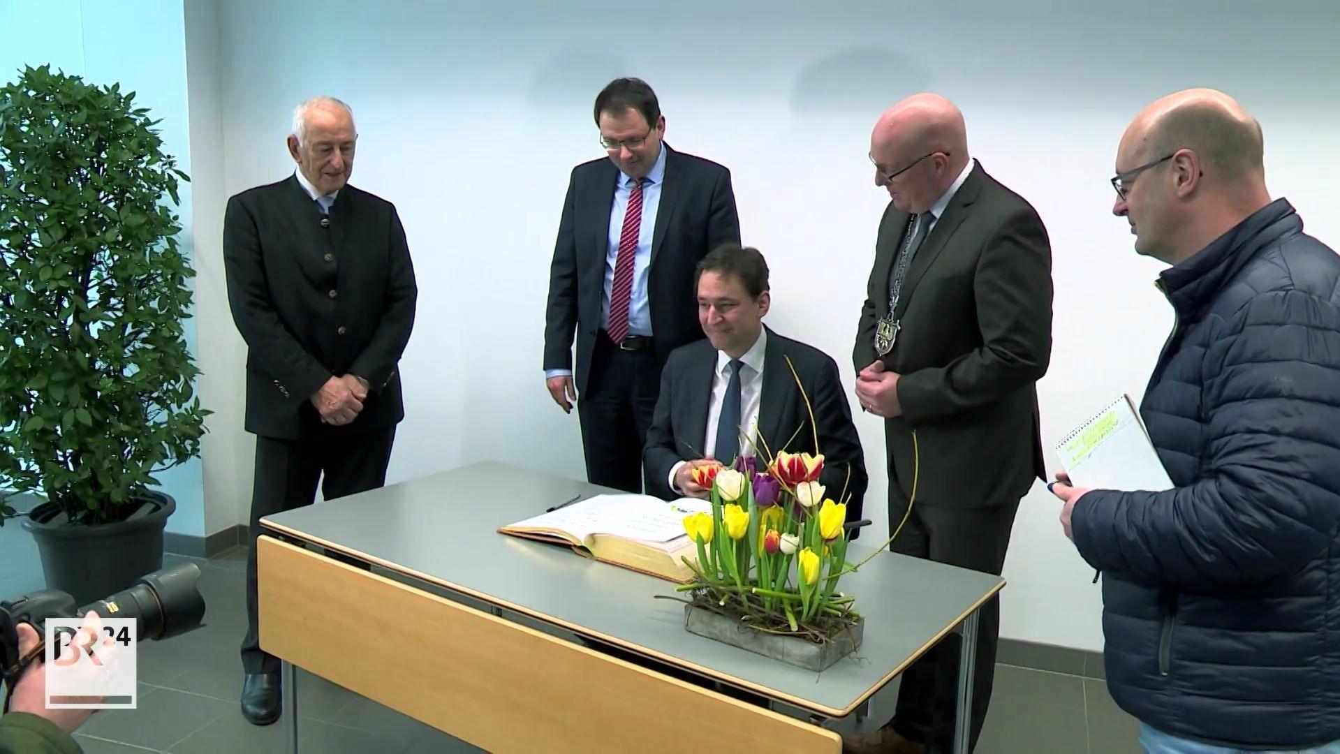 Im Marktredwitz wird Bayerns modernstes Gefängnis gebaut. Heute hat Justizminister Georg Eisenreich offiziell den Planungsauftrag erteilt.