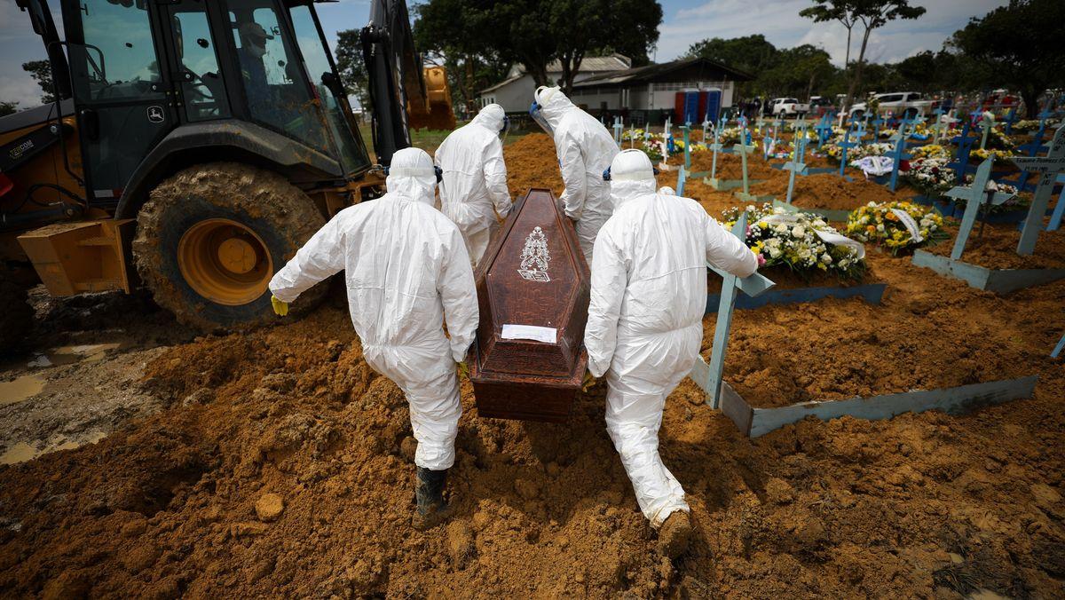Im brasilianischen Manaus werden Corona-Tote beigesetzt.