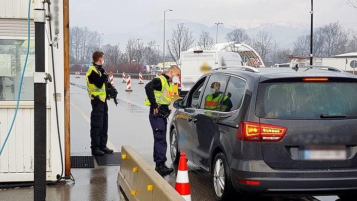 Bundespolizei kontrolliert an der A93 beim Grenzübergang Kiefersfelden