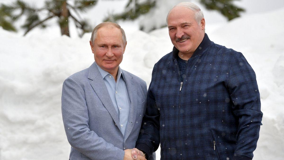 22.02.2021, Russland, Sotschi: Wladimir Putin (l), Präsident vonRussland,  posiert mit Alexander Lukaschenko, Präsident von Belarus, während ihres Treffens im Schwarzmeerort Sotschi für ein Foto.