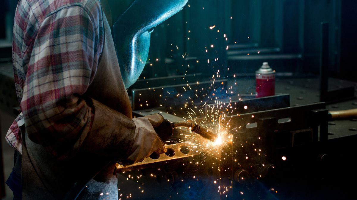 Ein Mitarbeiter schweißt Metall.