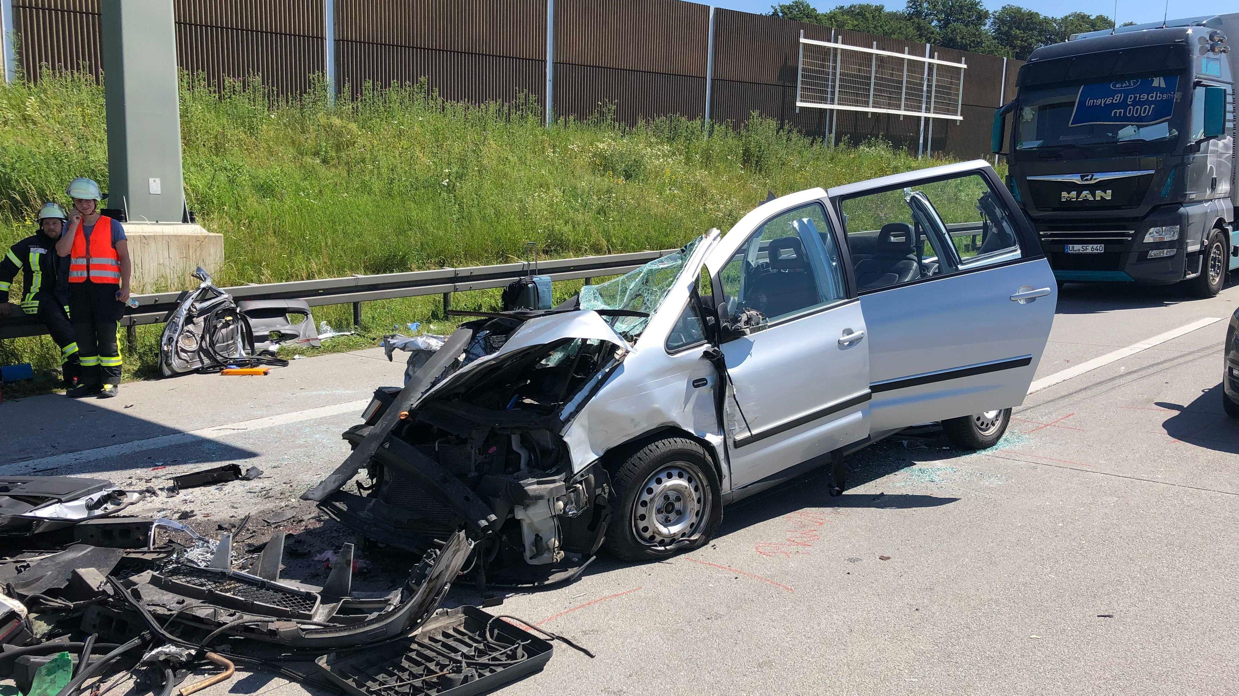 Ein völlig zerstörtes Auto, dahinter ein LKW auf der A8