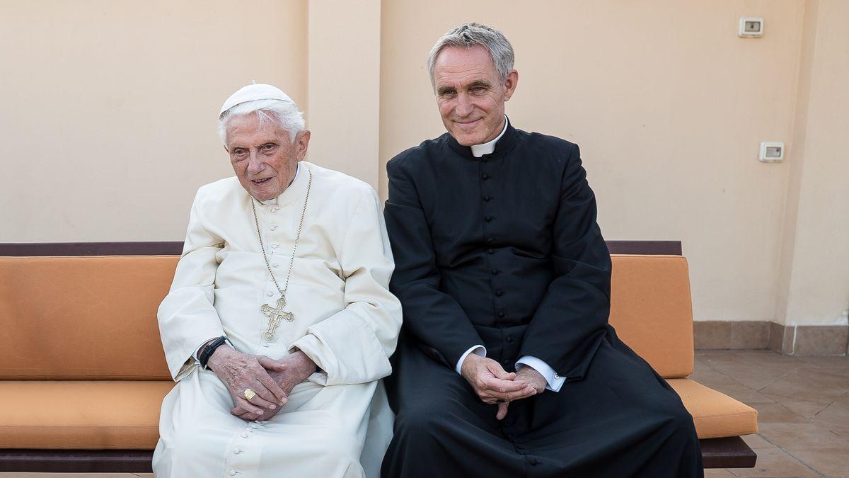 Papst Benedikt XVI. em. und sein Privatsekretär Georg Gänswein.