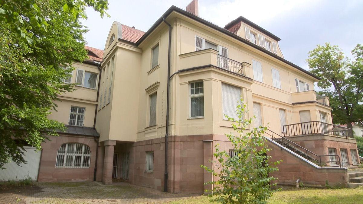 """Es ranken sich viele Geschichten um die Villa im Herzen Nürnbergs. Seit Jahren steht sie leer. Jetzt verkauft der Bund die sogenannte """"BND-Villa""""samt Gefängniszellen im Internet. Wer kriegt den Zuschlag?"""