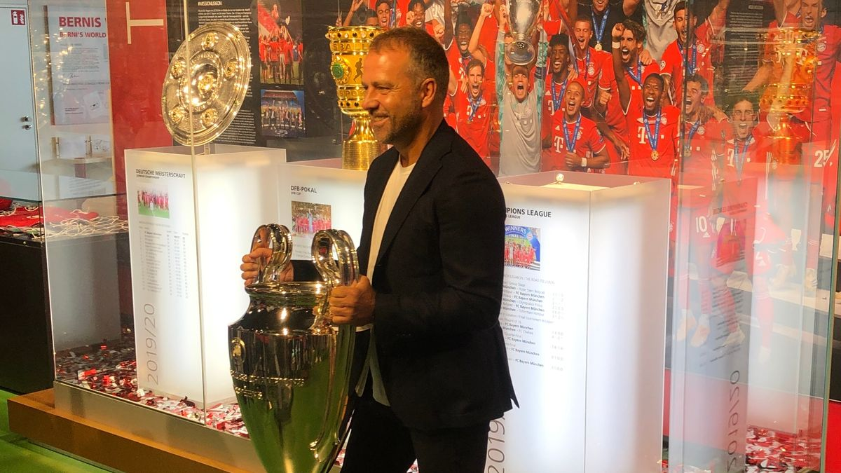 Trainer Hansi Flick bringt den Champions-League-Pokal ins Bayern-Museum