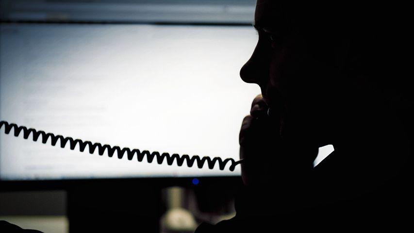 Silhouette eines Mannes mit Telefonhörer (Symbolbild)