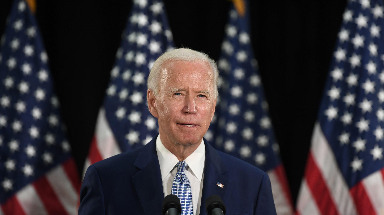 Joe Biden steht auf einem Podium