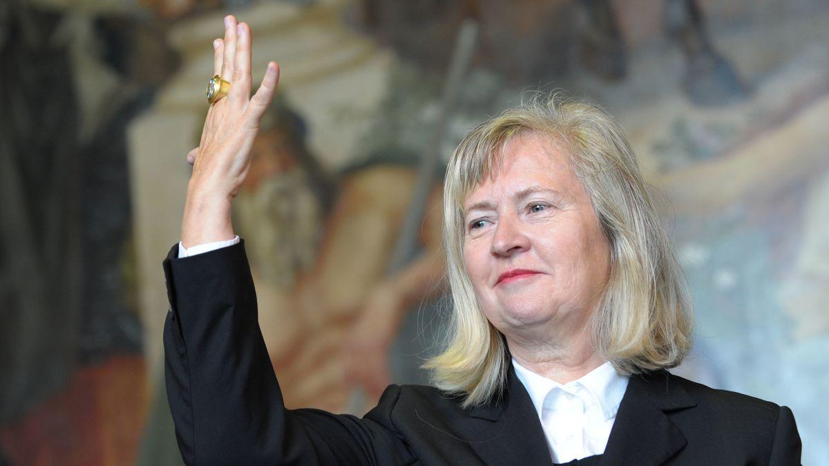 Die Künstlerin reckt 2013 in Goslar die Hand mit der Auszeichnung
