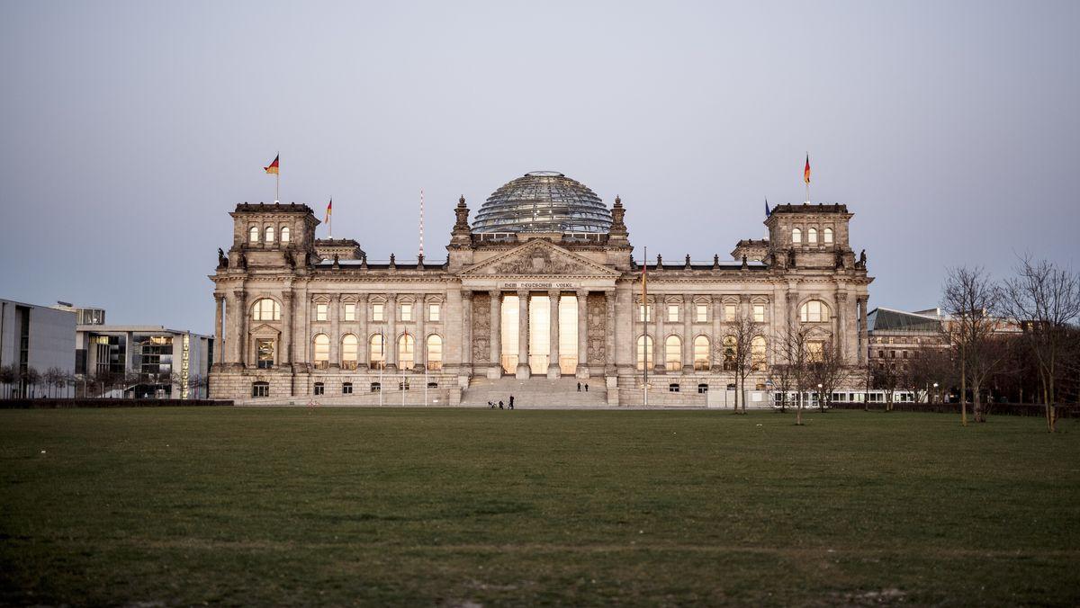 Das Reichstagsgebäude, Sitz des Deutschen Bundestags. Trotz der Coronakrise will der Bundestag am Mittwoch zu einer Sitzung zusammenkommen. Um die Ausbreitung des Coronavirus zu verlangsamen hat die Bundesregierung das öffentliche Leben erheblich eingeschränkt.