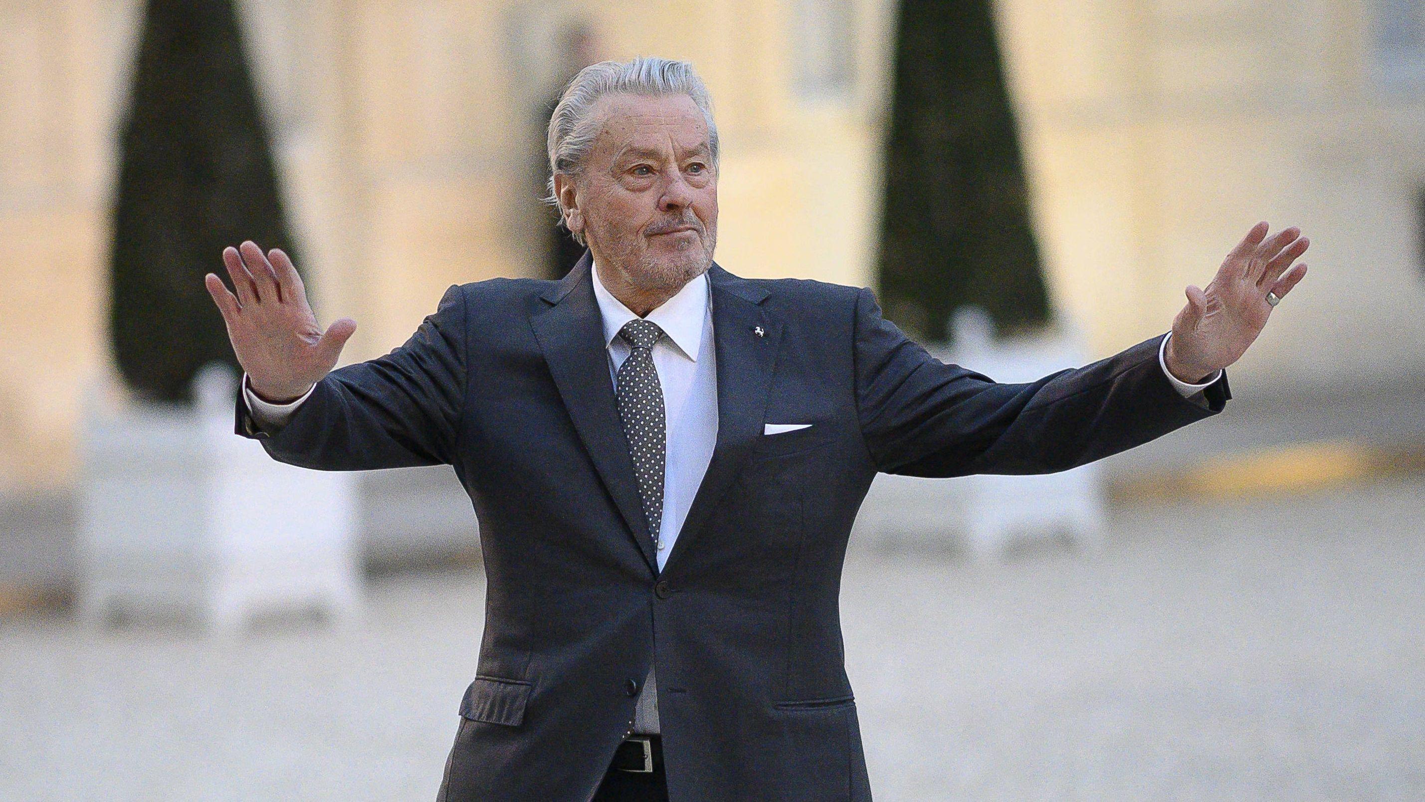 Alain Delon hebt bei der Eröffnung der 72. Filmfestspiele in Cannes beide Arme zum Gruß