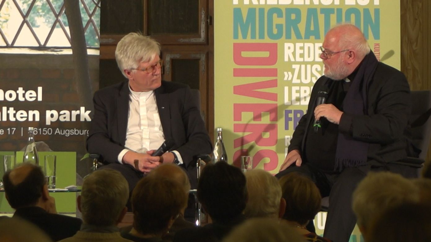 Der EKD-Ratsvorsitzende Heinrich Bedford-Strohm (l.) und Kardinal Reinhard Marx diskutierten im Goldenen Saal in Augsburg.