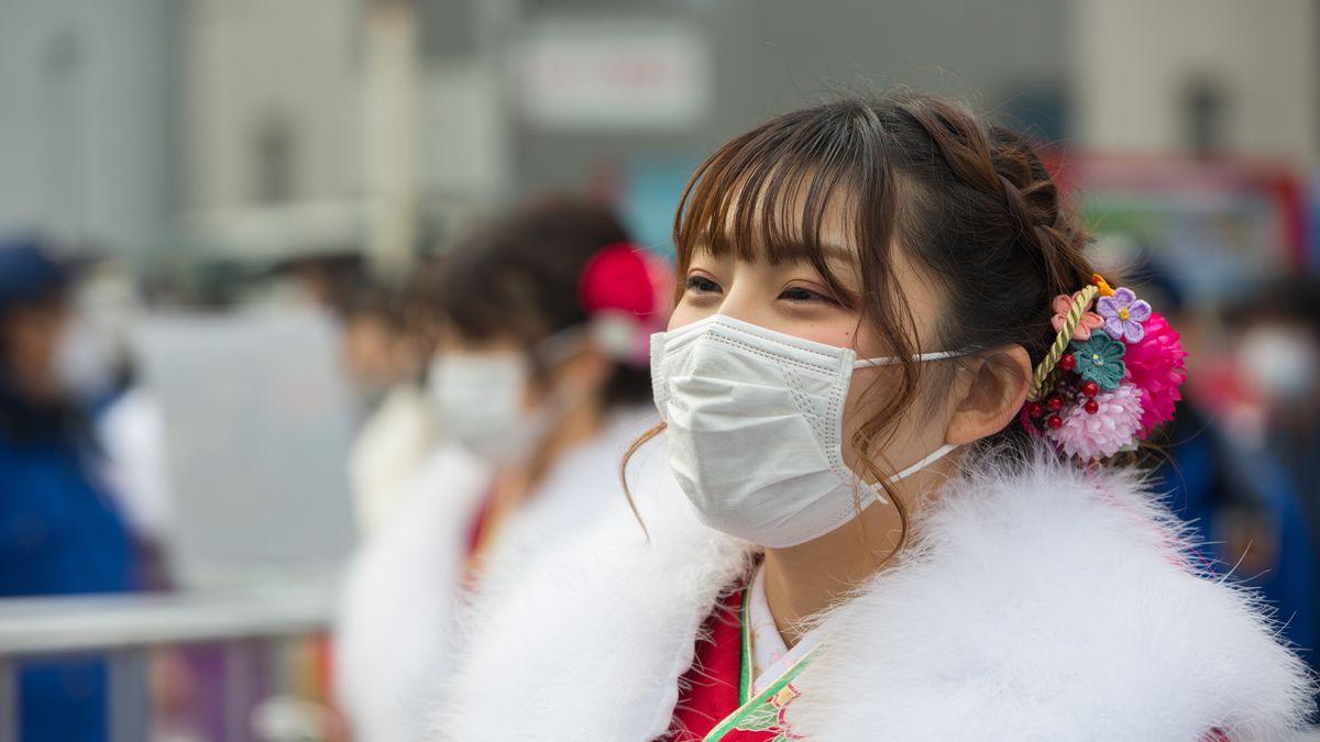 Junge Japanerin mit Mundschutz