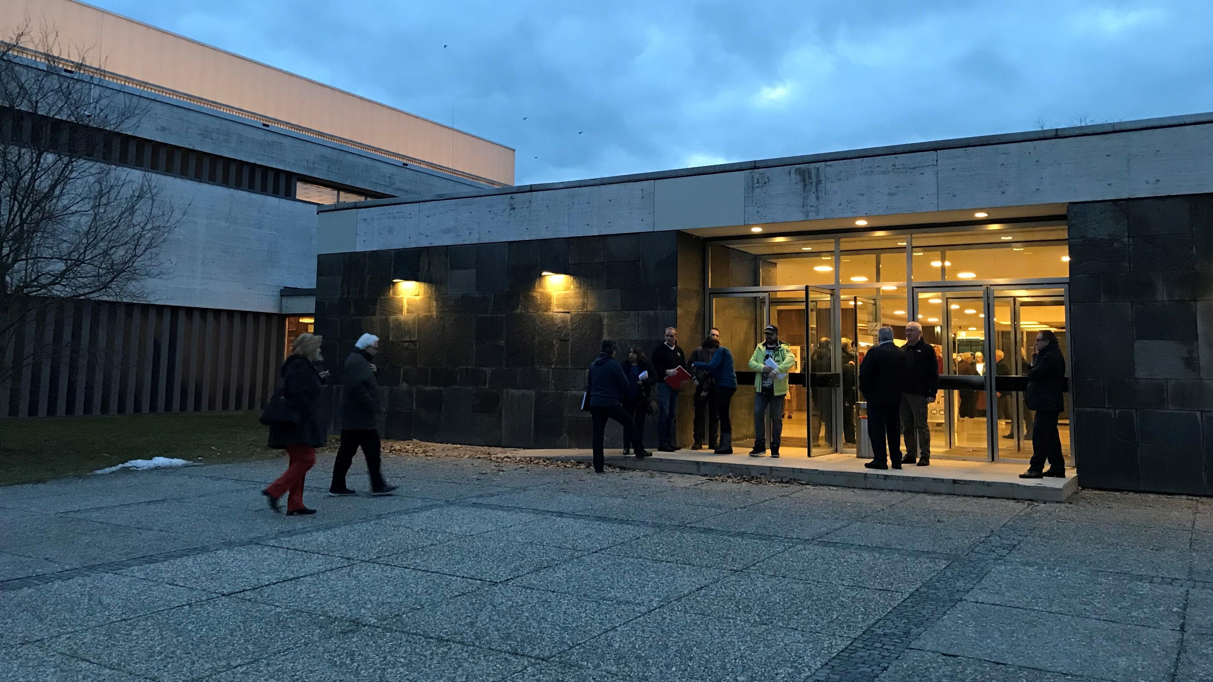 Am Abend kamen hunderte Eigentümer aus Neuselsbrunn zusammen und wählten ihre Hausverwaltung ab