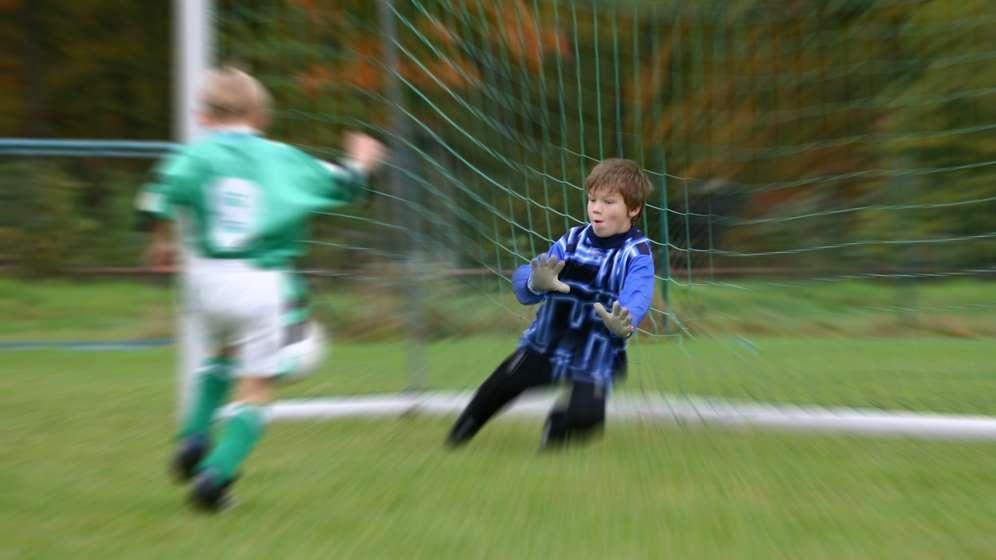 Kinder spielen Fußball | Bild:pa/dpa