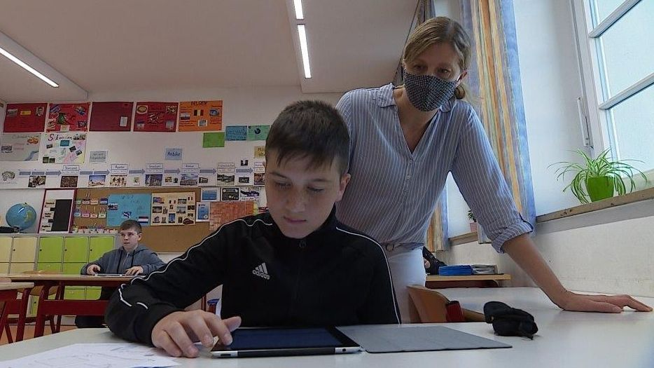 Lehrerin Stefanie Scheer und Schüler der 6b am Tablet