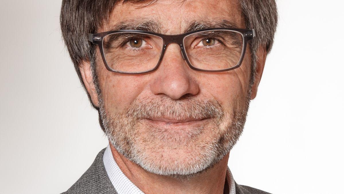 Der bisherige Hautgeschäftsführer der Handwerkskammer Thomas Koller mit Brille und Dreitagebart blickt in die Kamera des Fotografen.