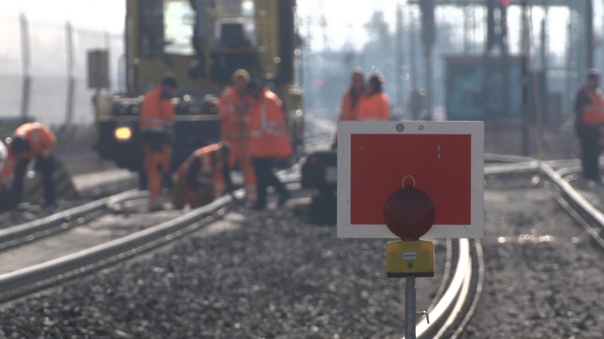 Bahnarbeiter im Gleisbereich bei Reparaturarbeiten