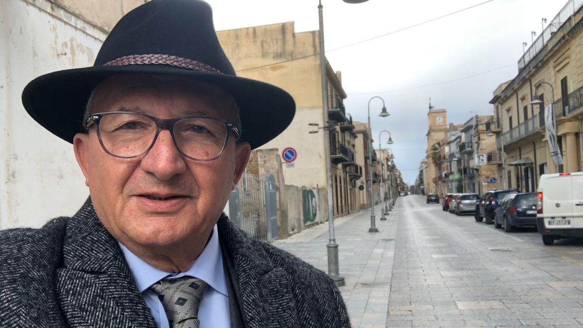 Giovanni Ardizzone auf dem Weg zum Einkauf – die Straße ist menschenleer.