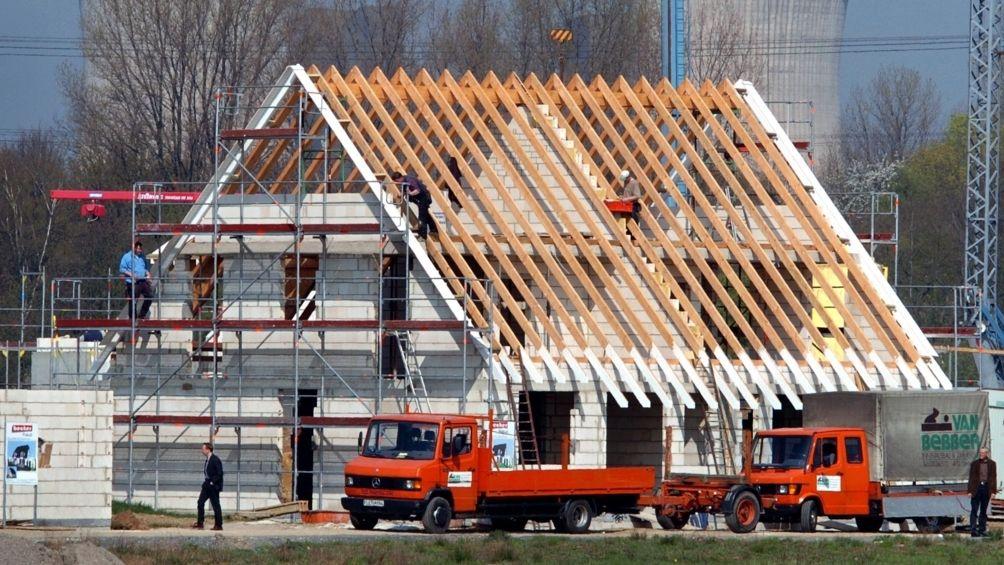 In einem Neubaugebiet wird an einem Haus gebaut