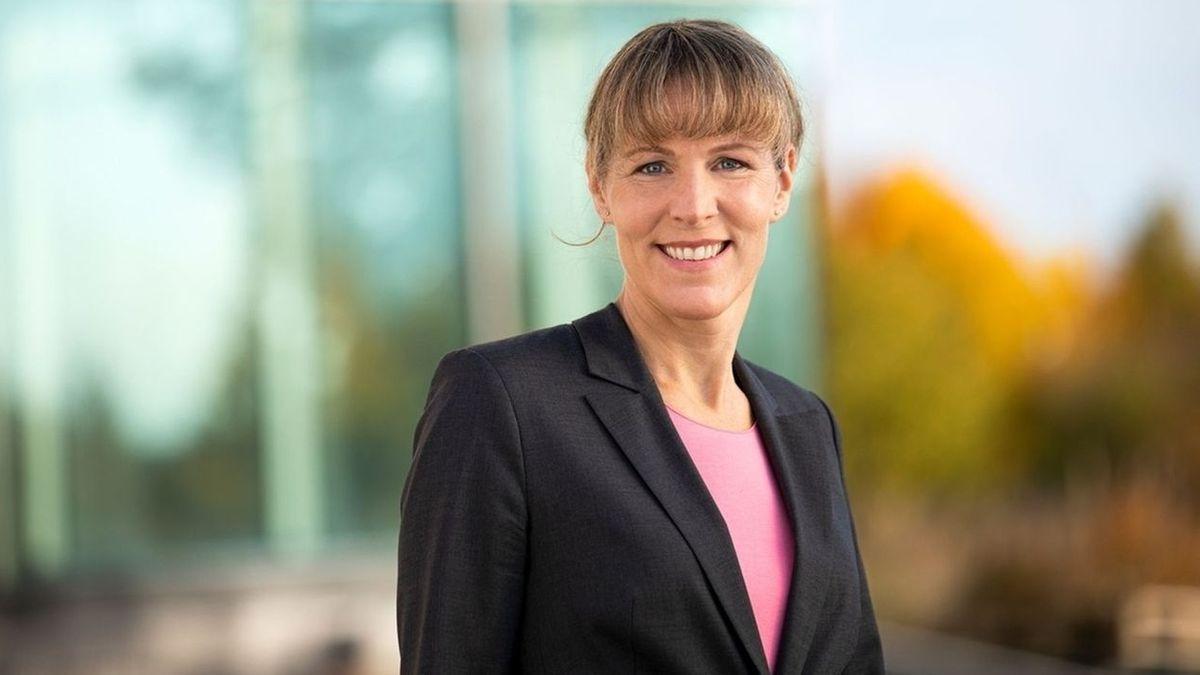 Oberbürgermeisterin Eva Döhla im schwarzen Blazer und pinken T-Shirt lächelt in die Kamera.