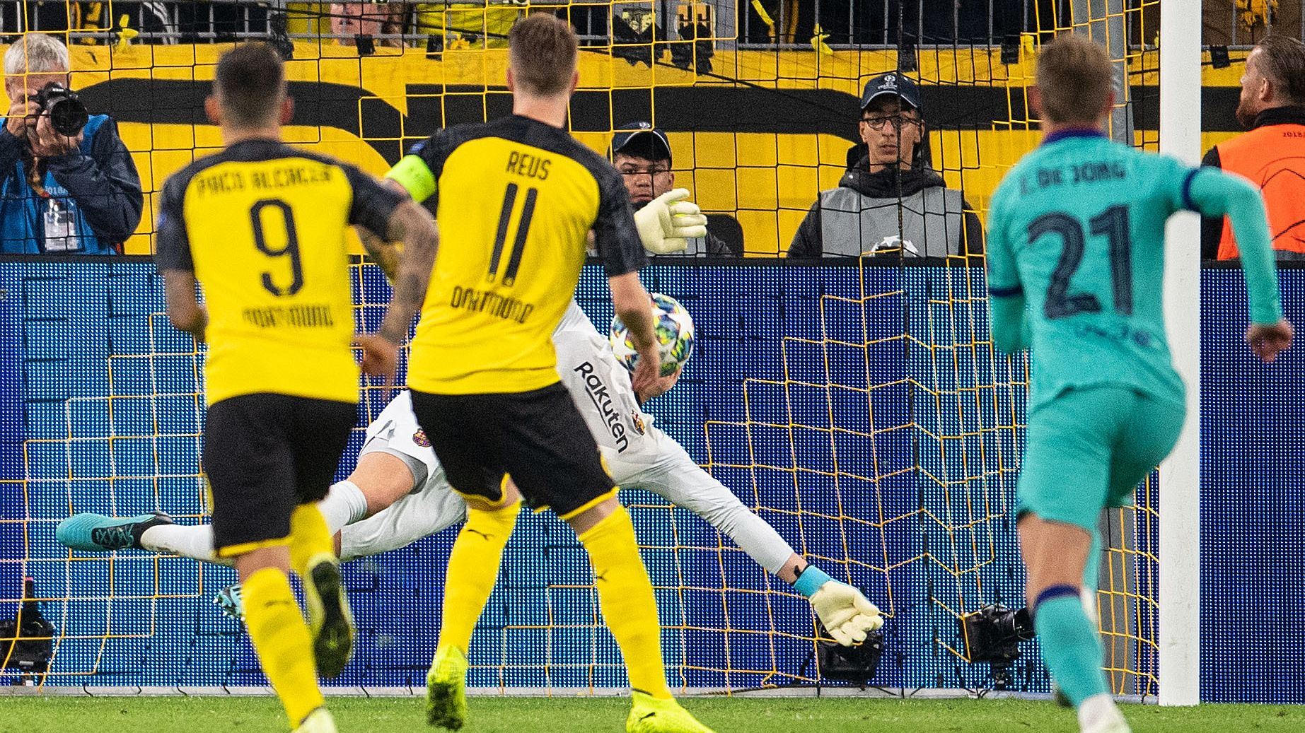 Marco Reus scheitert mit einem Foulelfmeter an Marc-André ter Stegen