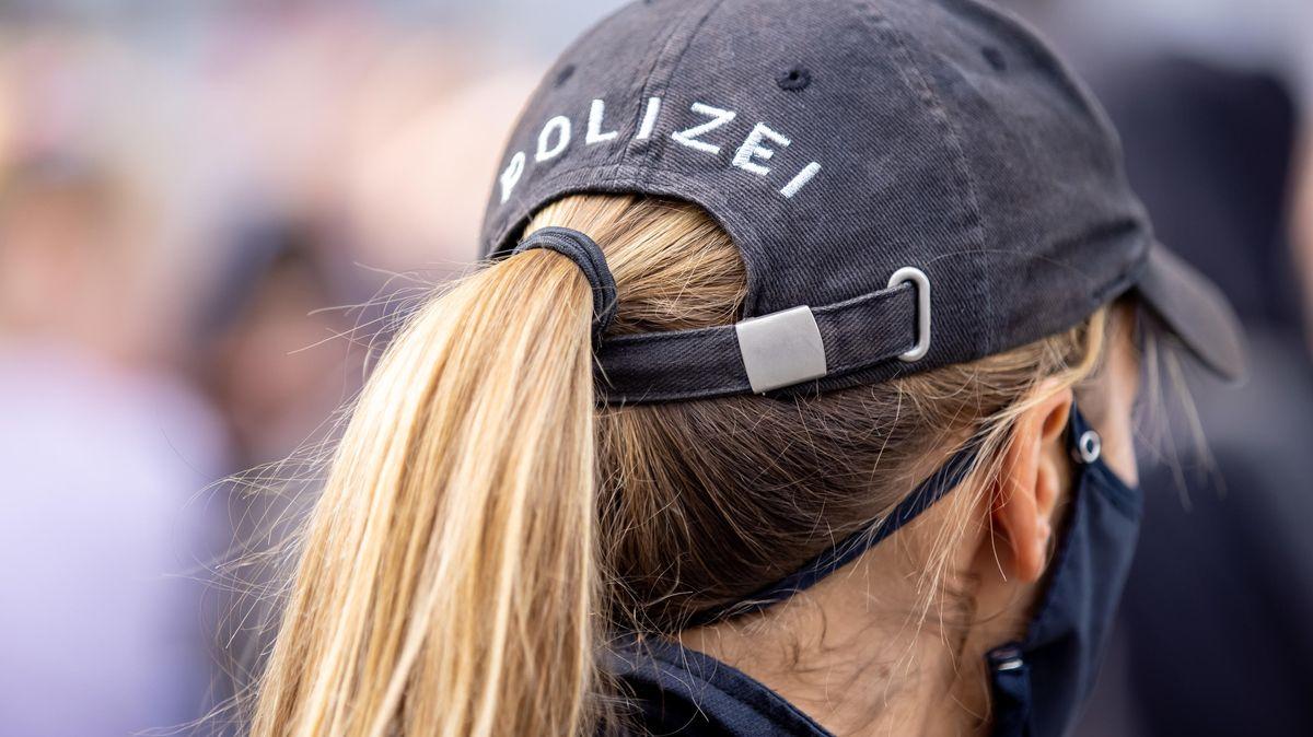 Polizistin mit Mundschutz