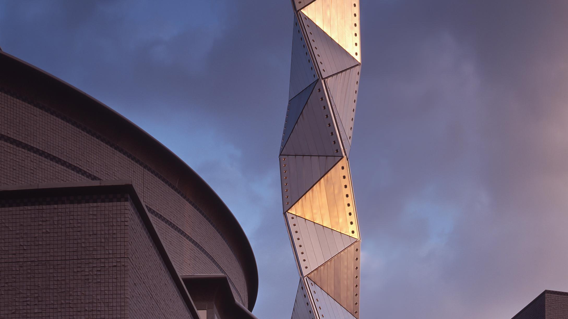 Art Tower Mito (1986-90) im japanischen Ibaraki, ein Kulturzentrum mit spektakulär gedrehtem Turm