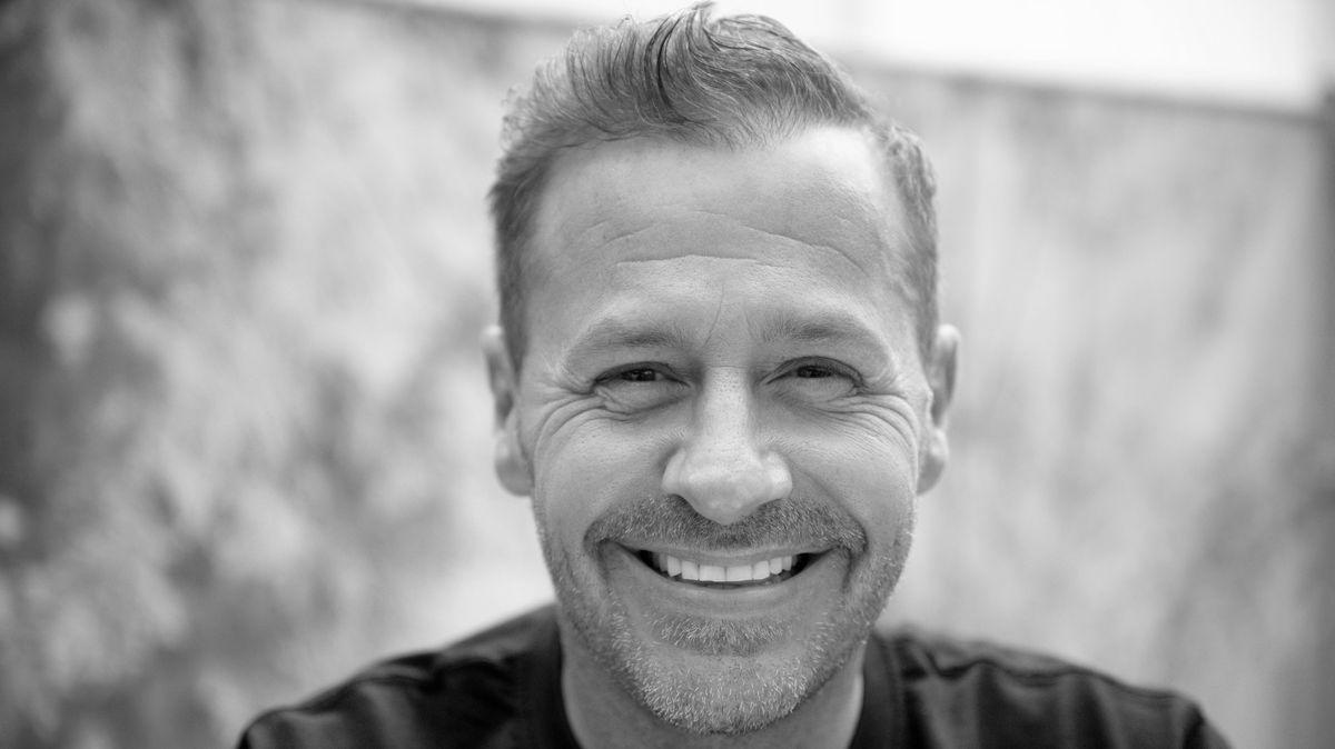 """Schauspieler und Reality-Star Willi Herren schaut bei der Eröffnung von """"Willi Herren·s Rievkooche Bud"""" in die Kamera."""