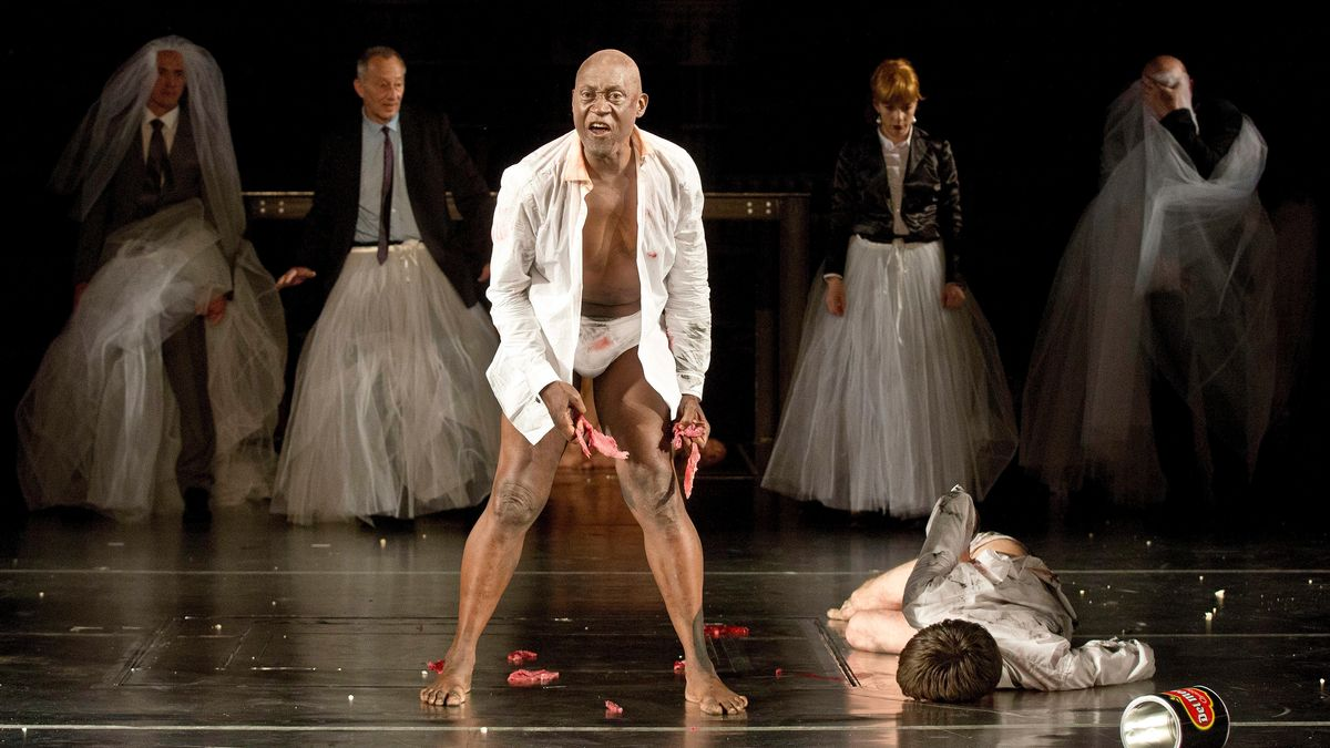 Der im weißen Hemd blutverschmiert in der Berliner Volksbühne