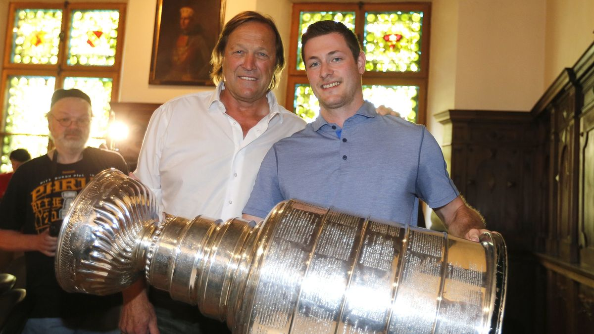 Erich und Tom Kühnhackl mit dem Stanley Cup