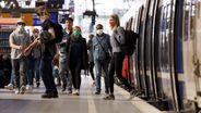 Verstöße gegen die geltende Maskenpflicht im öffentlichen Nahverkehr in NRW werden künftig strenger geahndet - auch hier am Kölner Hauptbahnhof. | Bild:Picutre Alliance/Christoph Hardt/Geisler-Fotopress