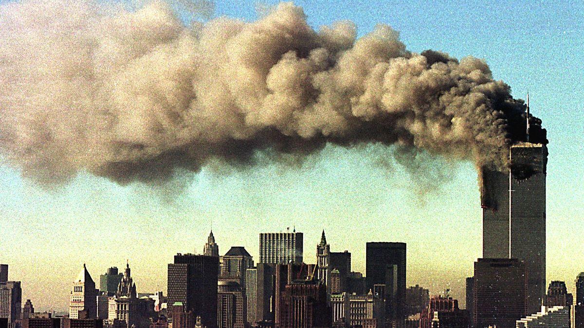 Blick auf das brennende World Trade Center in New York nach dem Anschlag am 9. September 2001