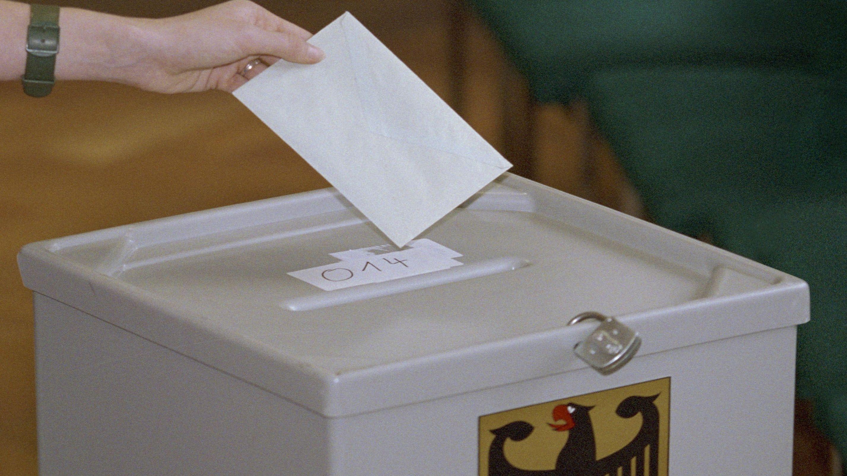 Symbolbild einer Wahlurne mit Vorhängeschloss