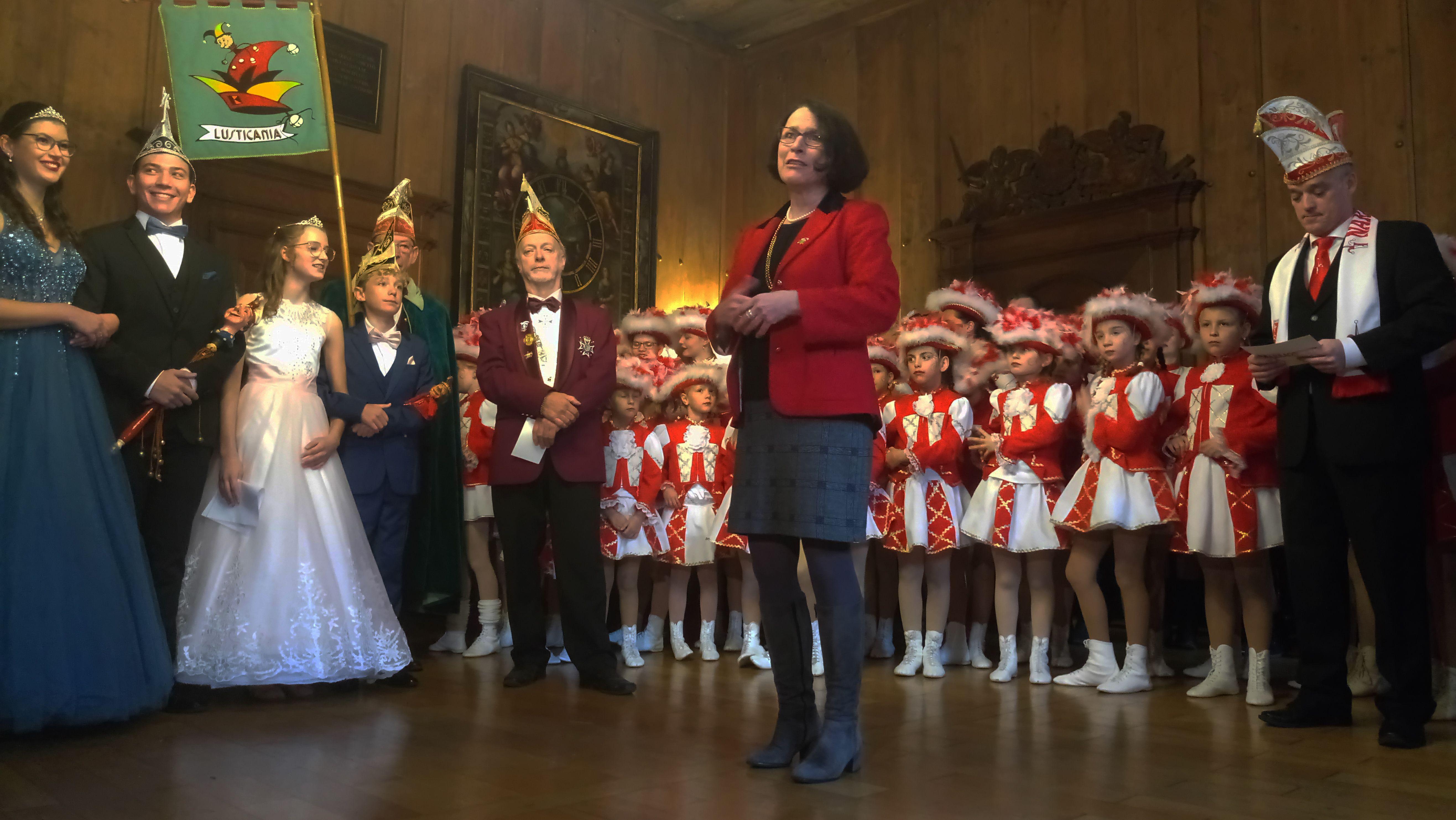 Regensburgs Bürgermeisterin Gertrud Malz-Schwarzfischer umringt von den Tollitäten
