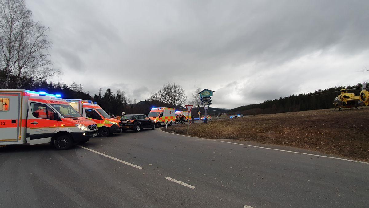 Mehrere Rettungswagen und Hubschrauber an der Unfallstelle. Unter den Verletzten sind zwei Kinder.