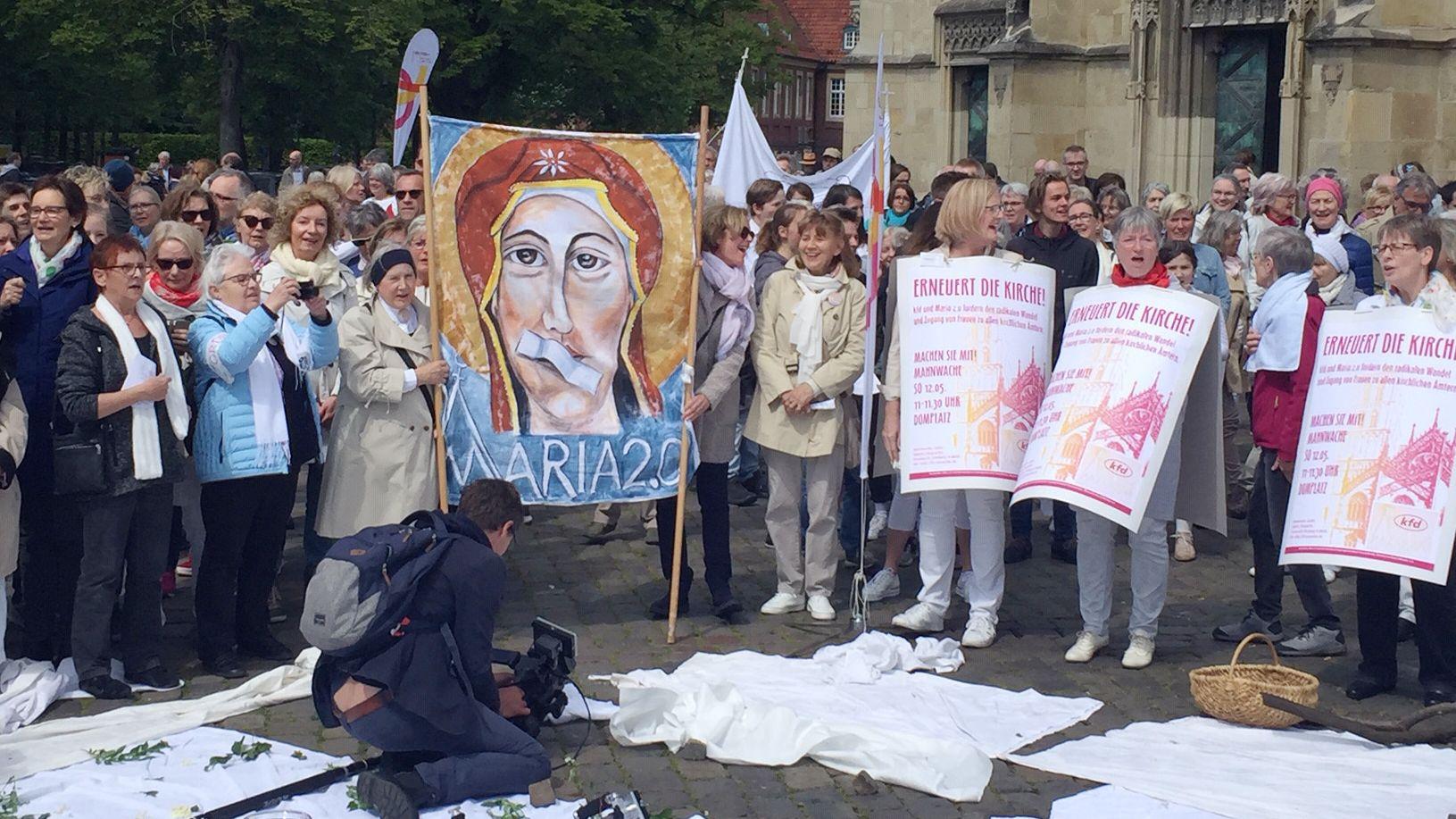 Frauen demonstrieren für mehr Teilhabemöglichkeiten in der katholischen Kirche.