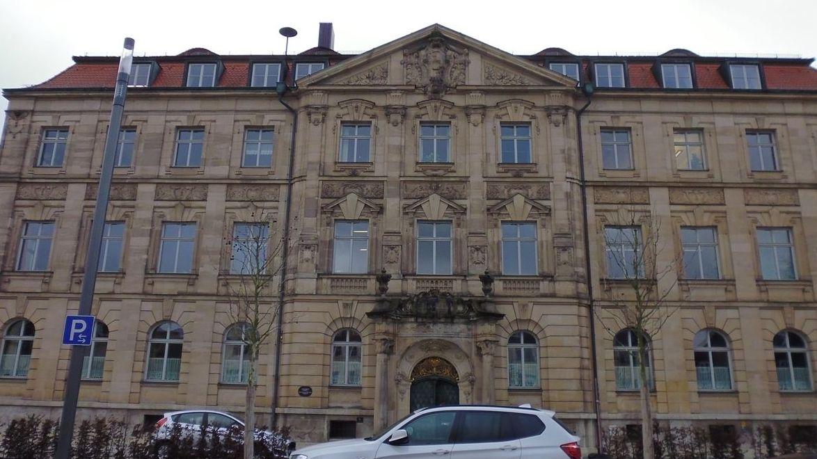 Landgericht Ansbach Außenansicht mit zwei parkenden Autos davor