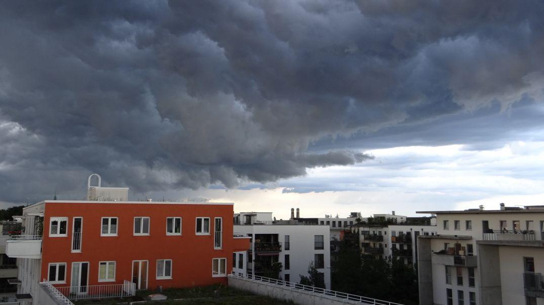 Bewölkter Himmel über einem Wohngebiet (Symbolbild)
