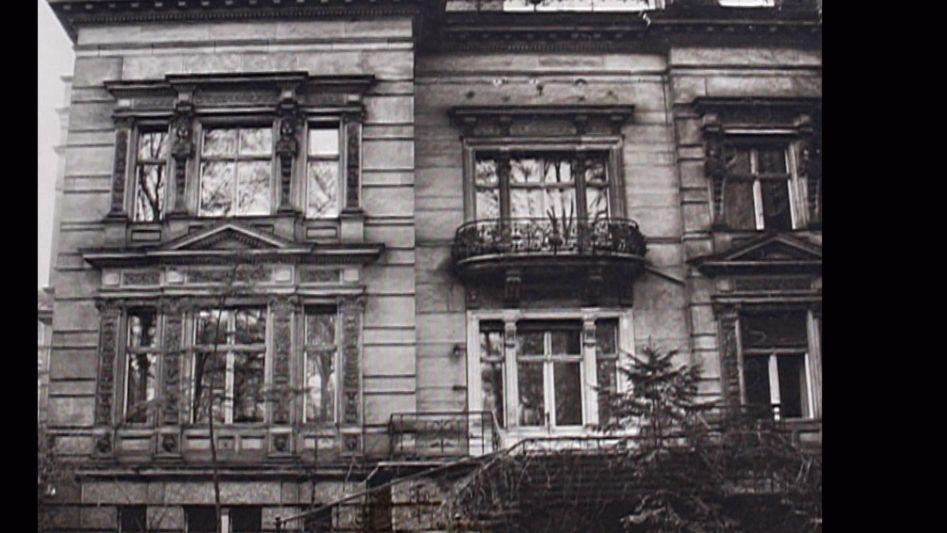 """Von der Stadtvilla in der Tiergartenstraße 4 aus befand sich seit Frühjahr 1940 die Planungs- und Verwaltungsbehörde für die """"Euthanasie""""-Morde – die Ermordung kranker und geistig behinderter Menschen. Die Deportation und Ermordung von circa 80.000 Patientinnen und Patienten in Gastkammern wurde nach der Adresse der Behörde """"Aktion T4"""" benannt."""