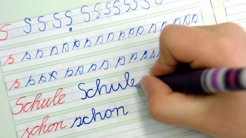Mädchen bei Schreibübungen in der Dorfschule Görzig