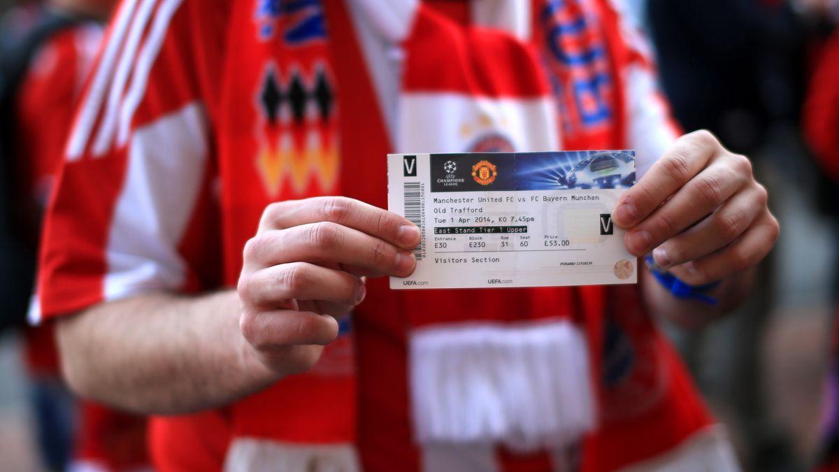 Fußballfan mit Eintrittskarte
