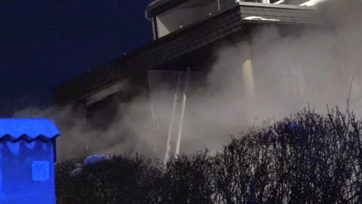 Dichter Rauch dringt aus einem Haus.