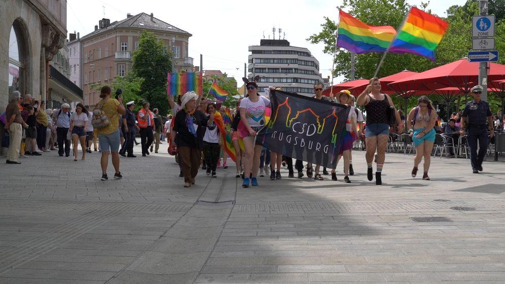 Bunter Tag mit ernstem Anliegen: 500 Menschen feierten beim Christopher-Street-Day in Augsburg.   Bild:BR / Julia Pösl