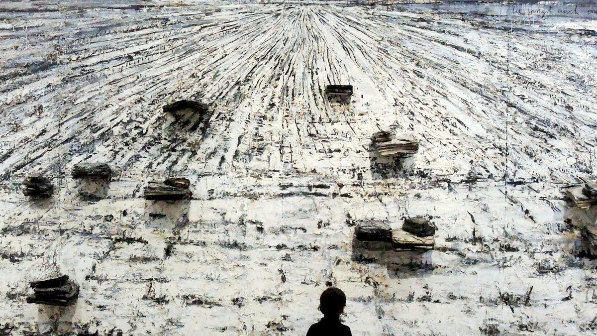 """Ein Junge in einer Ausstellung vor Anselm Kiefers Wandgemälde """"Für Paul Celan: Ascheblume"""""""